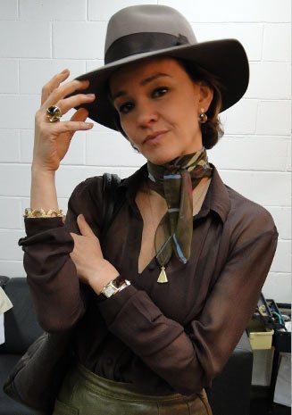 Amélia: figurino com clara influência das coleções da marca Hermès.