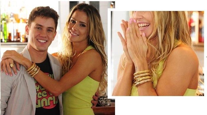 Natalie usa a pulseira na versão dourada e prata, dependendo da roupa.