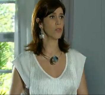 Bibi e o colar Onda de Denise Queiroz