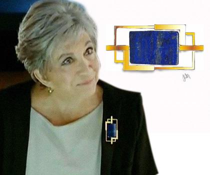 Sempre arrojada em suas joias, Vitória Drumond, interpretada por Nathália Timberg usa Broche Nathália em ouro 18k e lápis-lázuli