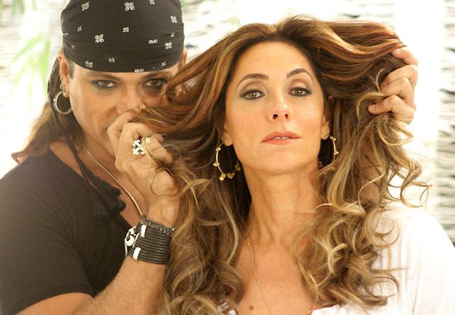 Christiane (na foto com o cabelereiro Flávio Priscott) já na pele da vilã Tereza Cristina