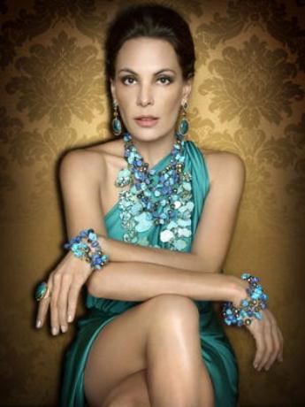 Como uma deusa: Carolina Ferraz para a campanha de lançamento da Coleção Miriadi de Francesca Romana Diana