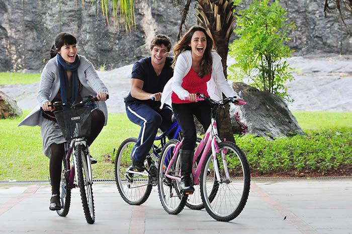 Ana (Fernanda Vasconcellos), Manu(Márjore Estiano) e Rodrigo (Rafael ...
