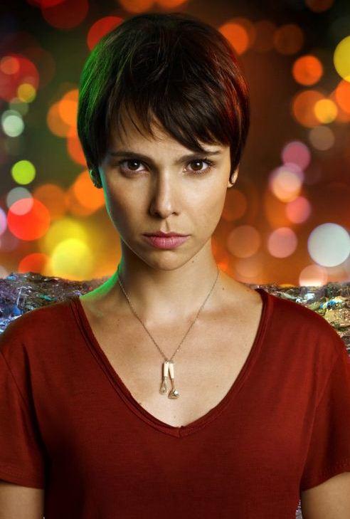 Em Avenida Brasil a personagem Nina não tira o cordão com pingente ...