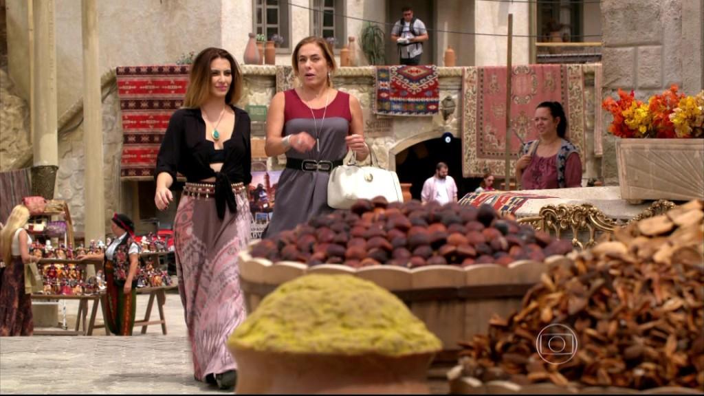 Bianca usa saia longa com estampa étnica.