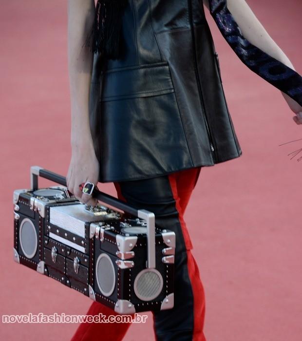 boombox bag. A mala com formato de rádio pode realmente tocar música usando bluetooth