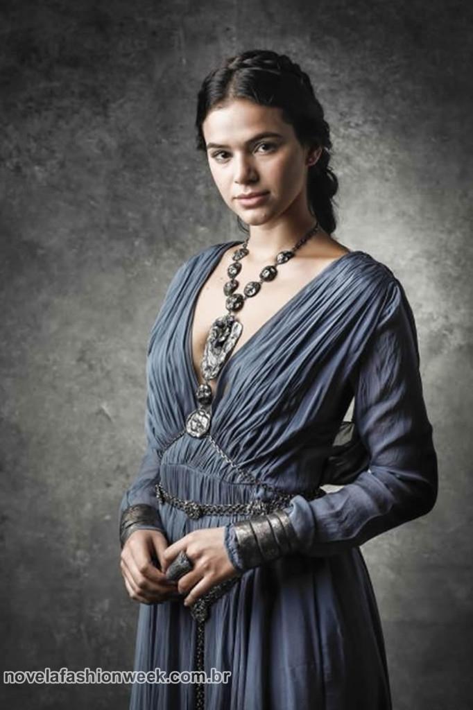 Catarina usa tons de cinza, azul e lilás
