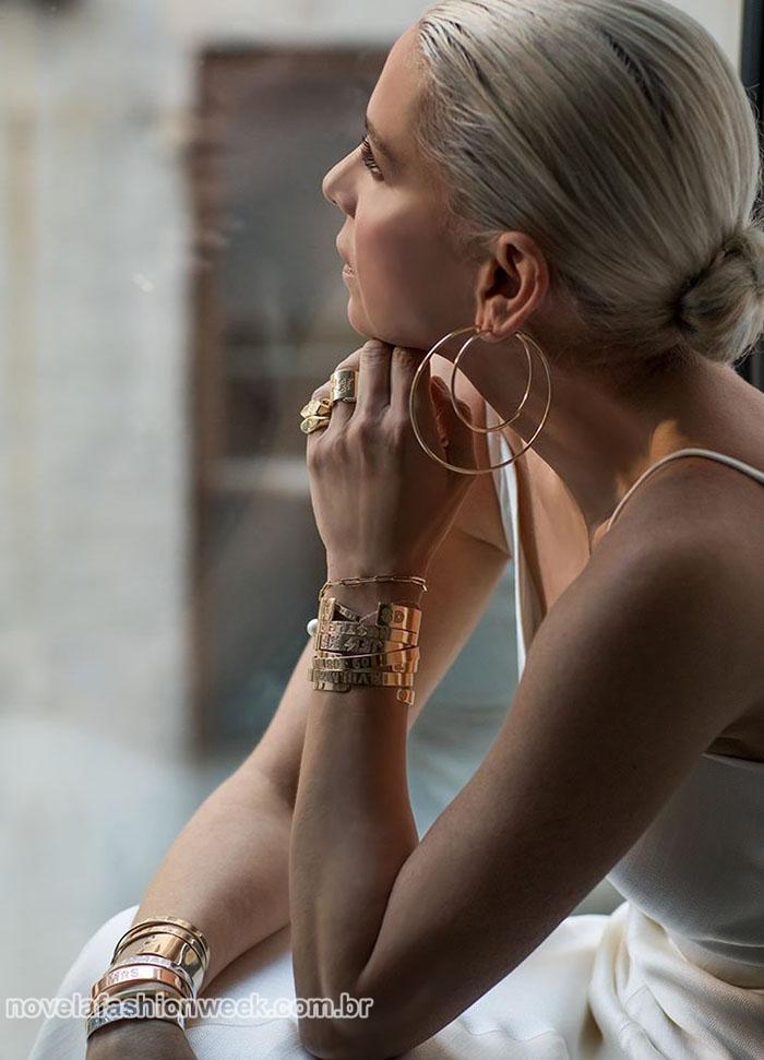 Editorial da designer Jennifer Fisher com duas argolas grandes na mesma orelha