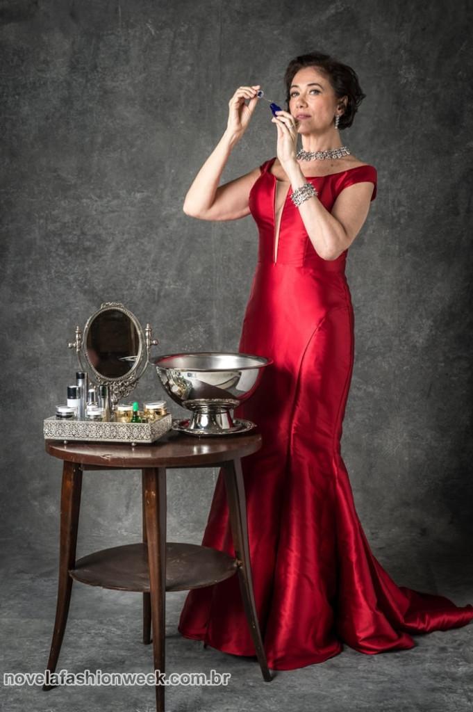 O vestido sereia com transparência no decote em tom vermelho vivo e decote ombro a ombro. Para arrasar!